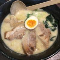 名駅西口から徒歩3分、本郷亭でトロトロ厚切りチャーシューが特徴の豚骨塩味の白湯らーめんを10年ぶりに食べてみた。